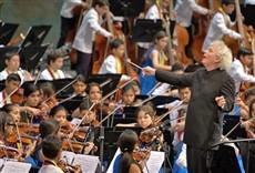 Escena de Televisión Simon Rattle & Sinfónica Nacional Infantil de Vene