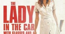 La dame dans l'auto avec un fusil et des lunettes streaming